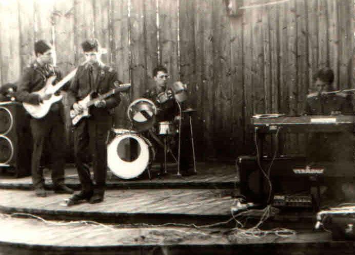 Редкое фото - я с бас-гитарой.